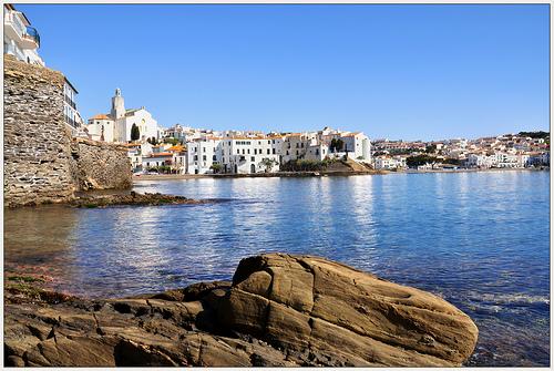 La plaza que se encuentra junto a la iglesia de Santa María de Cadaqués es un excelente mirador hacia la costa del Cabo de Creus