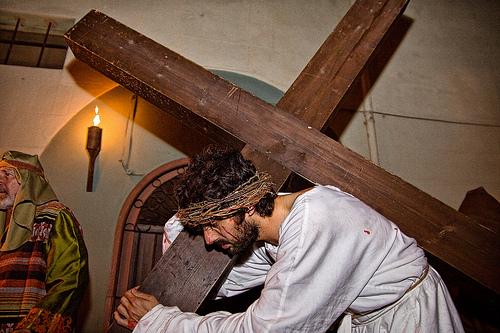 Durante la procesión de Verges, se representa el calvario de Jesús, quien recorre las calles con la cruz a cuestas