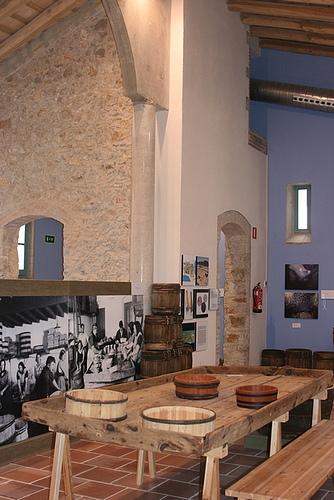 Mesa de elaboración de las anchoas en el Museo de la Anchoa, en l'Escala