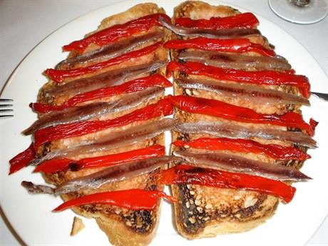 La anchoa es el pescado típico de l'Escala, y suele comerse con pan tostado, tomate, aceite y incluso pimiento