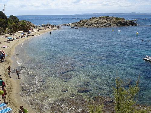 A unos 200 metros al norte de Canyelles Petites, avanzando por el camino de ronda, encontramos la preciosa Playa del Bonifaci, que combina arena y rocas