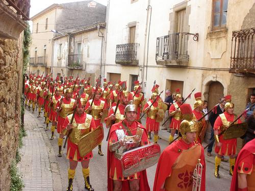 La impresionante legión de soldados romanos, excelentemente ataviados, también ocupa su lugar en la procesión de la Semana Santa de Verges, Girona, Costa Brava