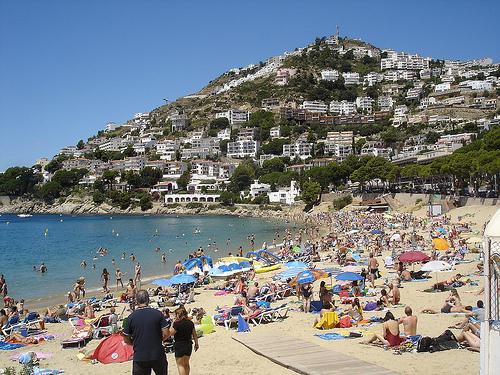 La playa de Canyelles Petites, en Roses, se encuentra rodeada por la montaña de Puig-Rom
