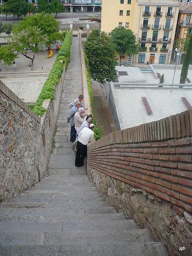 El paseos por las Murallas de Girona, que ofrece interesantes vistas panorámicas, es una de las actividades preferidadas por los visitantes