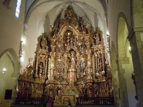 Retablo barroco profusamente decorado de la iglesia de Santa María de Cadaqués, en la Costa Brava
