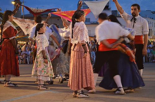 Durante la celebración de la Fiesta de la Sal de l'Escala se llevan a cabo danzas tradicional pesqueras, antiguos ritos de los marineros antes de echarse a la mar