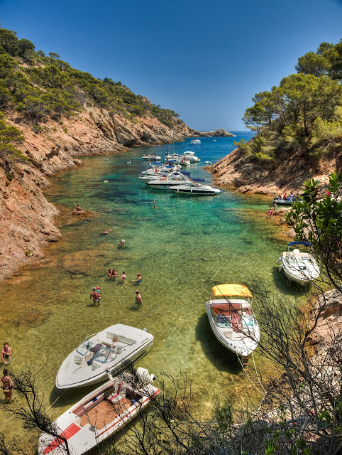 En Cala Bona es posible el fondeo, razón por la cual no es extraño ver pequeñas embarcaciones de recreo en su interior