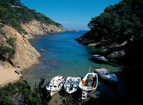 Cala Bona, en Tossa de Mar, se encuentra al final de una larga entrada de mar de unos 100 mts