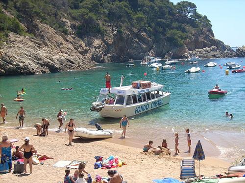 Cala Pola es también parada de barcos turísticos con visión submarina, que llegan hasta Tossa de Mar y Cala Giverola