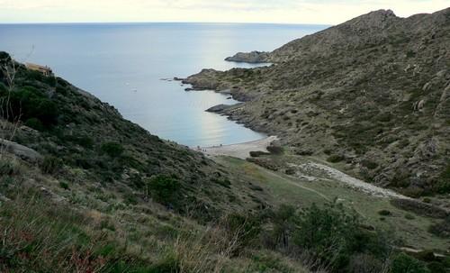 Si accedemos a la Cala Tamariua desde el interior, pasando por el centro del pueblo podremos gozar de estas vistas de la cala y de su entorno