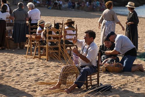 Sobre la Playa de las Barcas de l'Escala encontramos recreados antiguos oficios, como el de canastero.