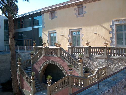 La gran escalera señorial de entrada al palacio de Can Quintana nos muestra un pasado de dueños ricos