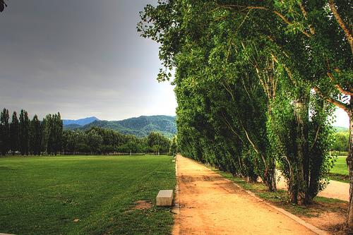El Parque Neolítico se encuentra junto al río y al final de un extenso parque que también recibe el mismo nombre de la Draga