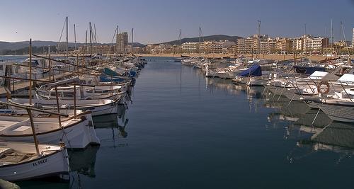 Entre embarcaciones de pesca y también las de recreo, el Puerto de Palamós, junto a la Platja Gran, es el más importante de la Costa Brava