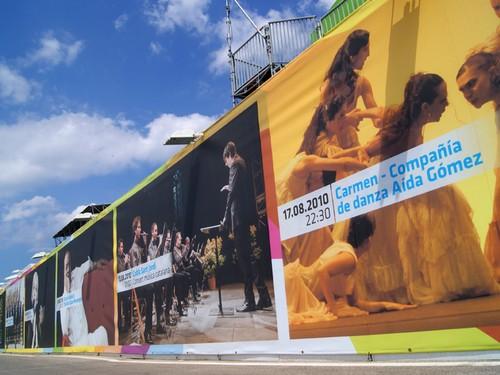 Las calles de Sant Feliu, en la Costa Brava, anuncian cada año con grandes carteles la llegada y la programación del Festival Porta Ferrada