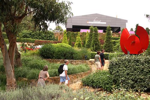 Visita al Jardín Botánico de Cap Roig durante los meses de verano, cuando coincide con el Festival