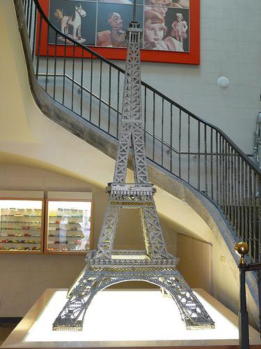 Entre los objetos expuestos más interesantes se encuentra esta Torre Eiffel, reconstruida pieza a pieza