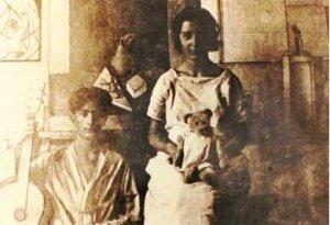 Foto de la infancia de Salvador Dalí y de su hermana Anna Maria con el Osito Marquina