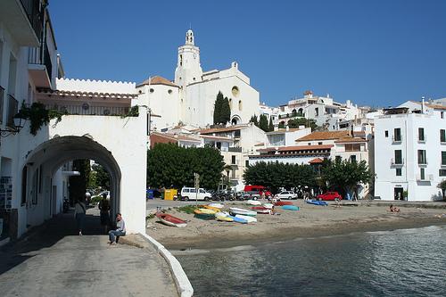 Port Alguer se encuentra recorrida por un pequeño camino bajo unas preciosas arcadas