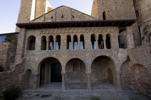 La fachada del Monasterio de la Porta Ferrada es el elemento arquitectónico que da nombre a este célebre festival de verano de Sant Feliu de Guíxols