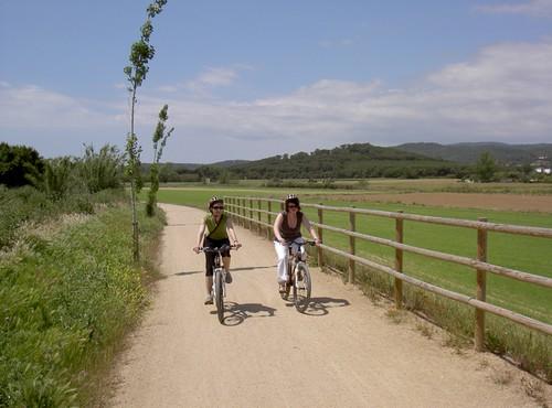 La vía verde del Tren Petit transcurre, casi sin desnivel, por apacibles campos que constituyen la planície de la riera d'Aubi