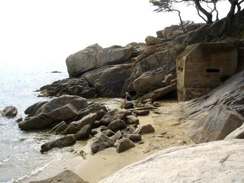 En esta imagen de la Cala del Racó de les Dones, en Calonge, Costa Brava, se aprecia claramente el búnker.