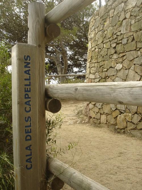 Las calas entre el camino de ronda entre Calonge y Platja d'Aro se encuentran señalizadas. En la imagen, la correspondiente a la Cala dels Capellans.