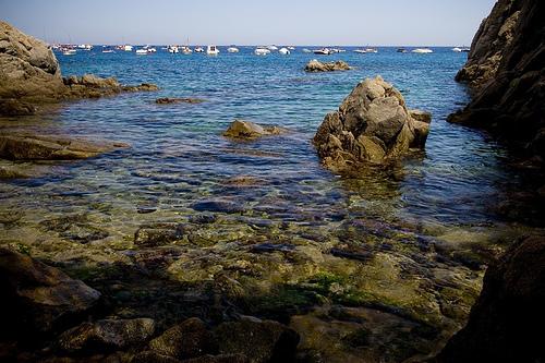 Cala Pedrosa, en Palafrugell, es una cala de gran belleza paisagística y con un fondo rocoso