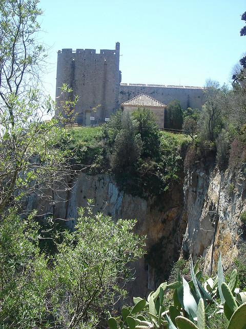 Dejamos atrás la torre de defensa de Sant Sebastià a medida que descendemos por el camino de ronda à Cala Pedrosa, en Palafrugell, Girona, Costa Brava