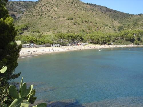 El camino de ronda entre Cala Montjoi y Cala Calís nos deja preciosas vistas de la playa y su entorno natural