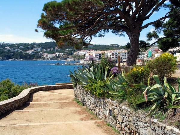 El camino de ronda que transcurre entre la Playa del Canadell y la Llafranc, en Calella de Palafrugell, es uno de los más bonitos de la Costa Brava