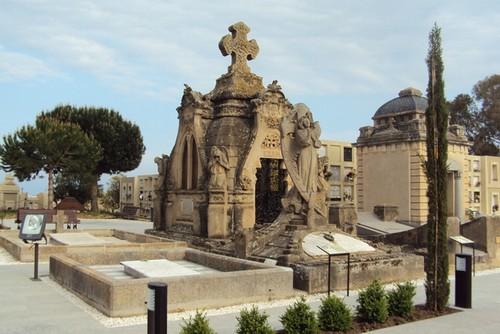 Paseando por entre los diferentes mausoleos del Cementerio Modernista de Lloret de Mar nos fijamos en la gran profusión de detalles que tienen