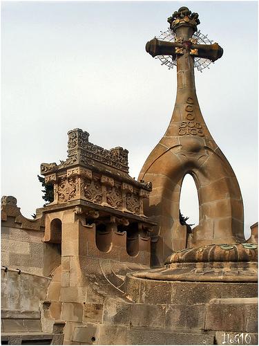 Los elementos funerarios del Cementerio Modernista de Lloret de Mar tienen una clara influencia modernista, como esta cruz, que recuerda a la Sagrada Familia de Barcelona