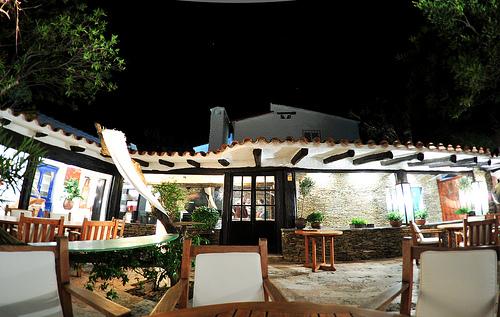 Imagen nocturna del ya clausurado y multigalardonado restaurante El Bulli, de Ferran Adrià, que en el futuro reabrirá como fundación