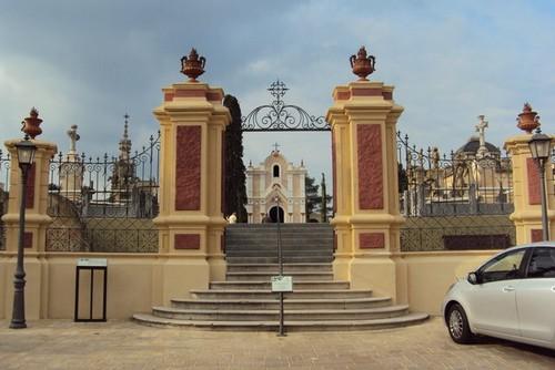 Nos disponemos a entrar en el Cementerio Modernista de Lloret de Mar