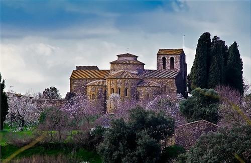 El Monasterio de Sant Sadurní de l'Heura se encuentra en un entorno natural, rodeado de viñedos