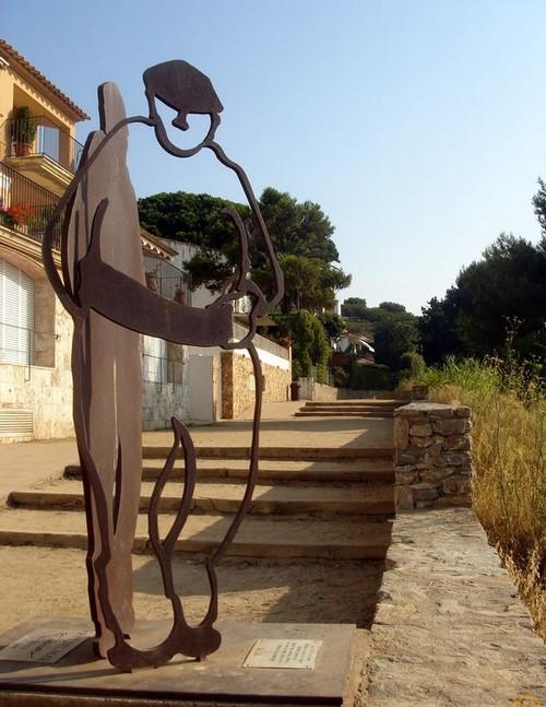 Monumento a los pescadores, en pleno camino de ronda entre el Canadell y Llafranc