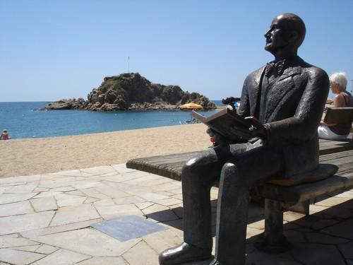 La estatua de Carl Faust, fundador del Jardín Marimurtra, permanece siempre sentada sobre el paseo marítimo de la Playa de Blanes