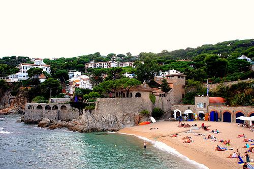 En la parte izquierda de la playa Port Pelegrí encontramos un edificio espectacular, de gran belleza