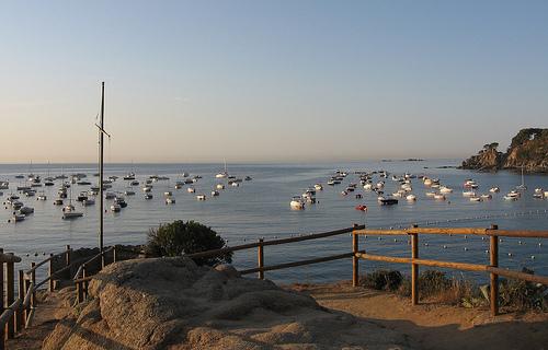 El mirador de la Punta dels Burricaires, a la izquierda de la playa de Port Pelegrí, es un mirador sobre un saliente de roca que no nos podemos perder, sobre todo al atardecer
