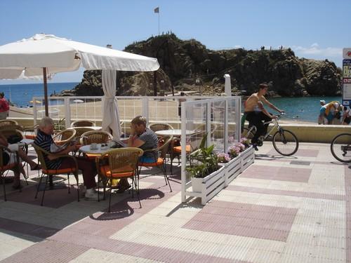 Desayuno sobre el paseo marítimo de Blanes, frente a la roca de Sa Palomera, en la Costa Brava