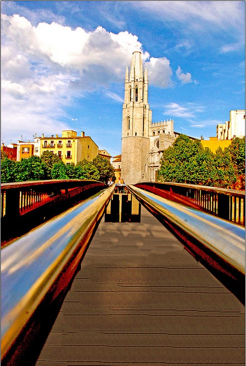 La Iglesia de Sant Feliu se encuentra frente a uno de los puentes que cruza el río Onyar, en el centro de Girona