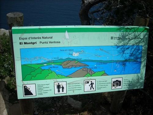 A medida que recorremos nuestro camino encontramos paneles ilustrativos que nos indican el entorno geográfico en que nos encontramos