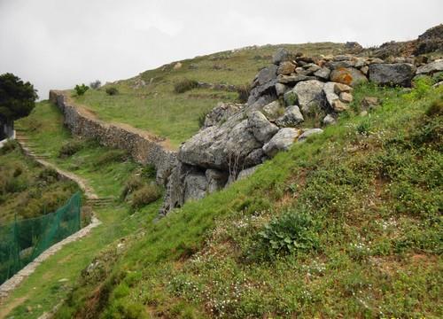 El Castrum Visigótico de Roses invita a una pausada exploración por sus ruinas, en medio de un entorno natural y unas inmejorables vistas. Es un lugar muy tranquilo.