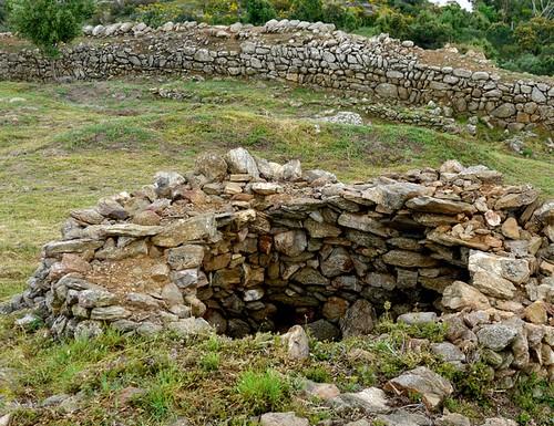 En el interior de la fortificación encontramos restos de antiguas viviendas medievales y dos torres