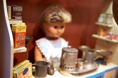 Algunas de las muñecas son exhibidas con interesantes complementos a su alrededor, hecho que inspira aún más la imaginación de los visitantes