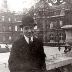 Un joven periodista y viajero Josep Pla posa en esta foto tomada en París en los años 20 del siglo pasado