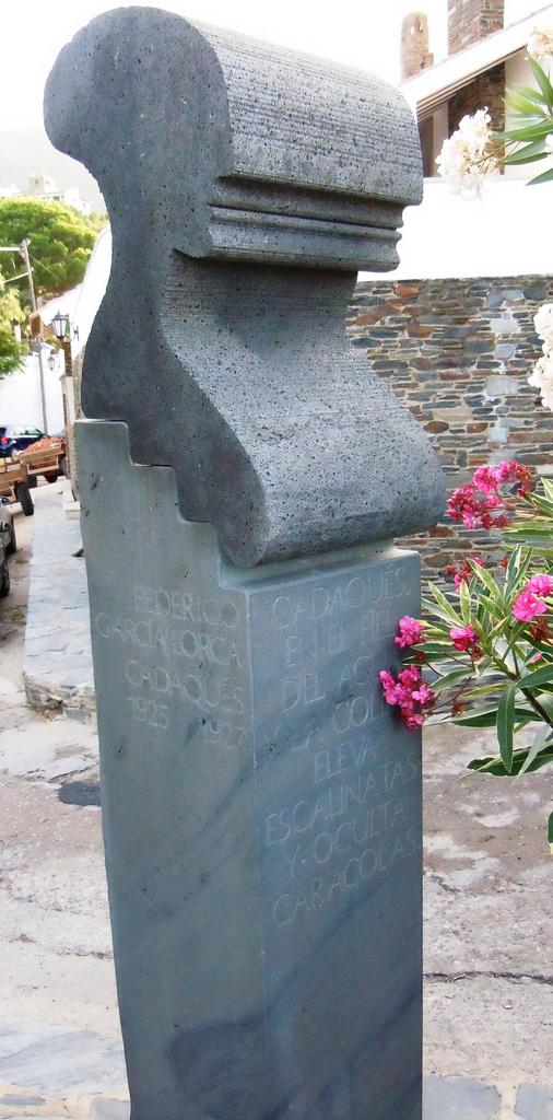 El pueblo de Cadaqués ha dedicado este monumento al poeta Federico García Lorca, que tan feliz fue en él y que le sirvió de fuente de inspiración literaria