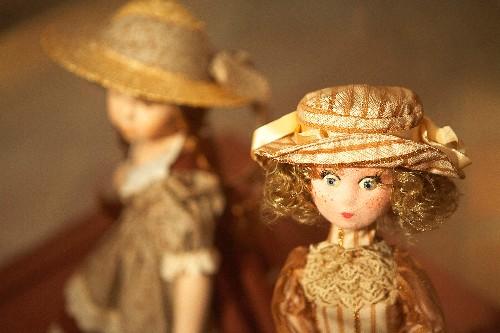 Algunas de las muñecas del museo van engalanadas con vestidos de su época