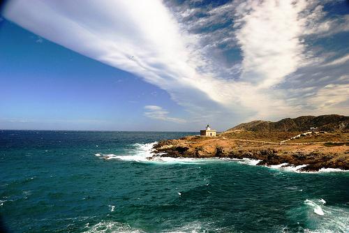 La situación geográfica en la que se encuentra el faro, sobre la Punta de s'Arenella, es extraordinaria
